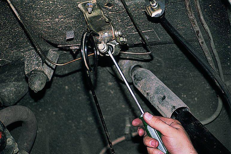 отключаем регулятор давления отверткой