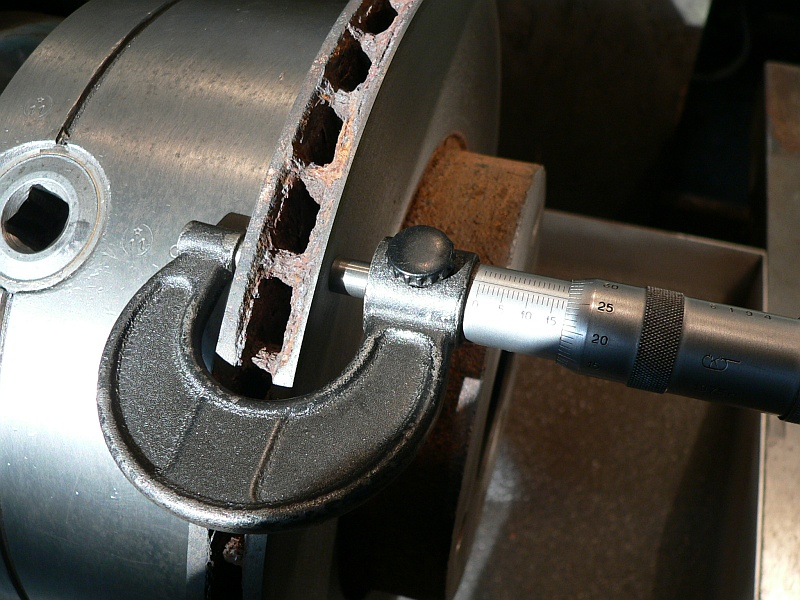 izmerenie-tolshhiny-diska-mikrometrom.jp