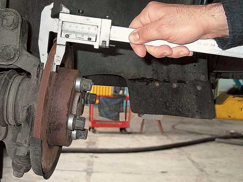 измерение толщины диска штангенциркулем