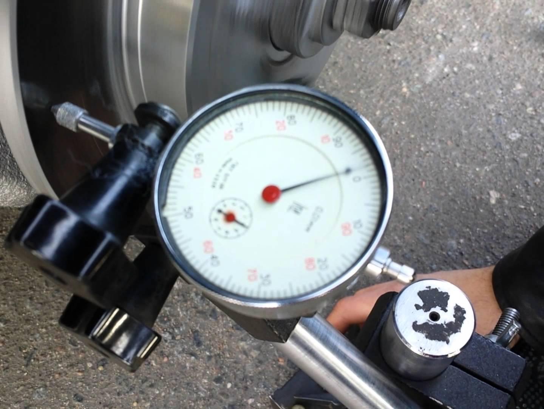 проверка тормозного диска на биение