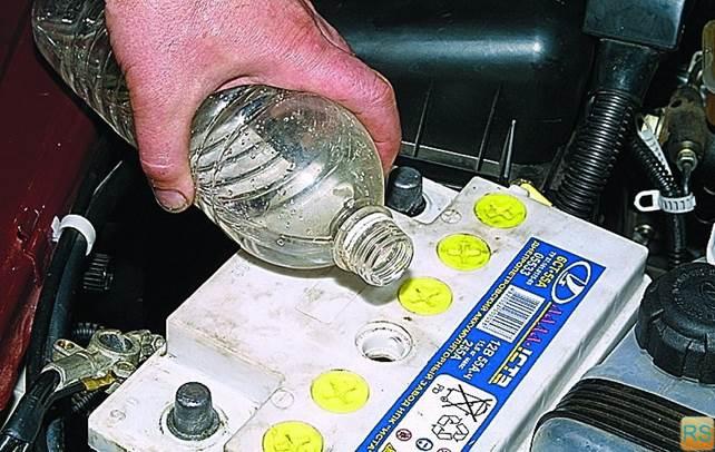 Сколько воды доливать в аккумулятор